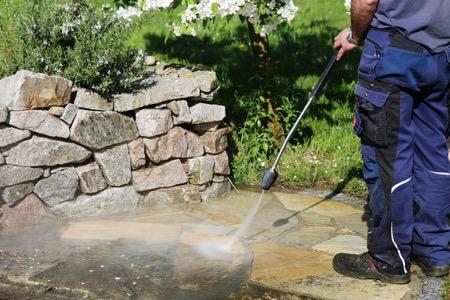ตะไคร่น้ำทำความสะอาดด้วยเครื่องฉีดน้ำ
